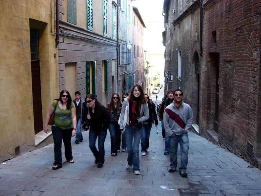 Students walking through the narrow streets of Siena on a day trip Photo by: Caroline Seefer
