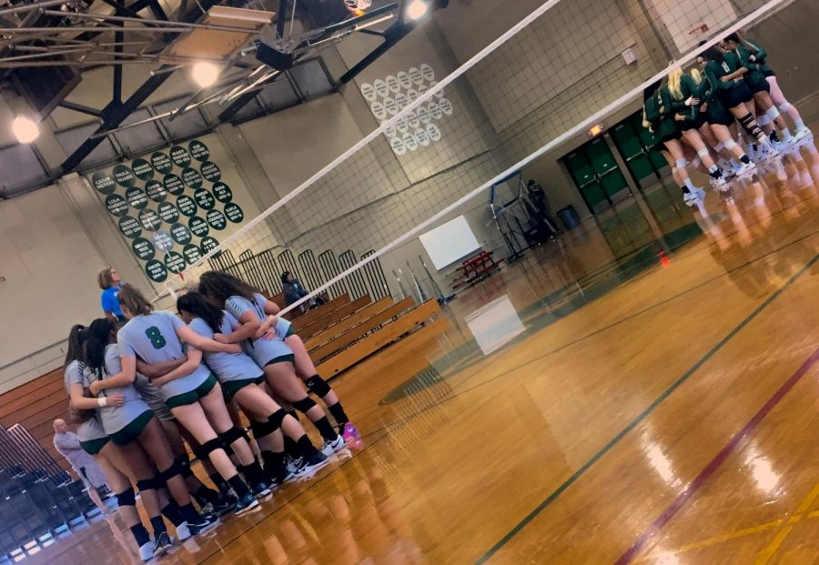 Diablo+Valley+College%27s+women%27s+volleyball+team+huddles+together+before+match+against+Ohlone+on+Friday%2C+Sept.+7%2C+2018.+%28Isabel+Villalobos%29