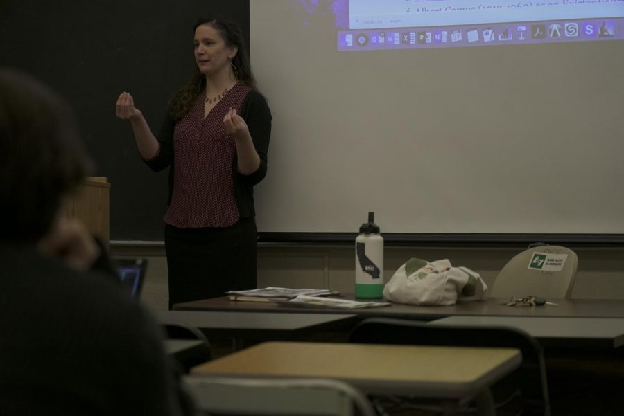 Professor+Rayshell+Clapper+instructs+her+short+story+writing+course+in+the+humanities+building.+