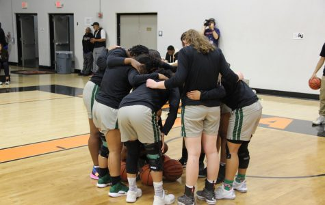 The Vikings huddle  before their game against the Ventura Pirates in Ventura, CA, on March 15, 2019. The Vikings won 59-57. (Alex Martin/The Inquirer)