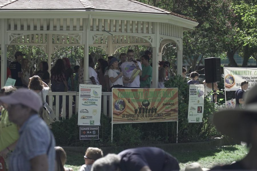 Citizens+of+Walnut+Creek+gathered+on+Sept.+21+at+Civic+Park+to+rally+in+the+battle+against+climate+change.+%28Ethan+Anderson%2FThe+Inquirer%29.+